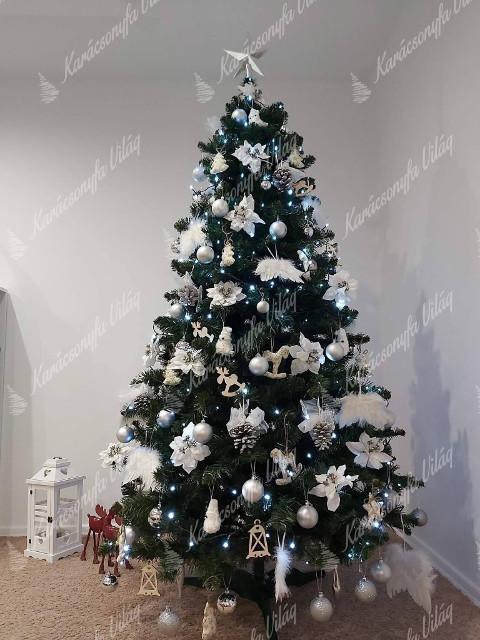 karácsonyfa ezüst díszekkel