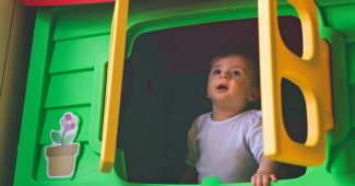 baba játékházban játszik